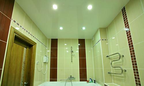 Отделка потолка ванной