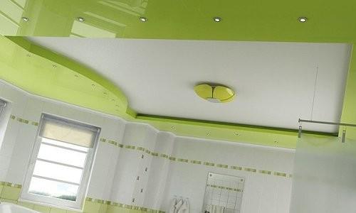 Потолок в интерьере ванной комнаты
