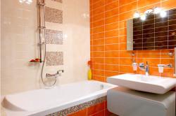 Дизайн ванной комнаты с яркой стеной