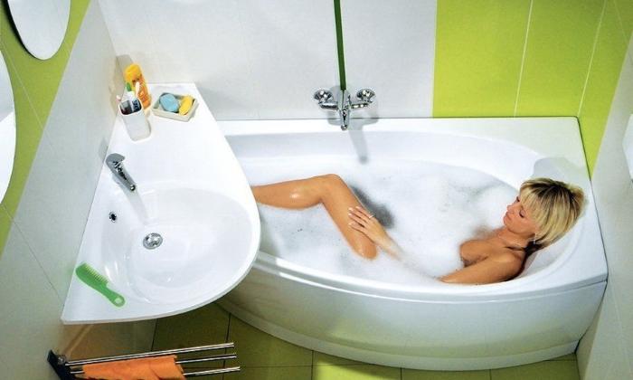 Неудобная, но вмещающаяся в помещение ванна