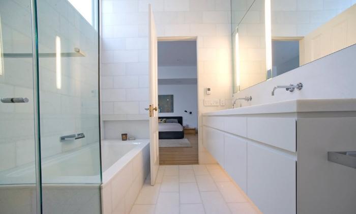 Минимализм белой ванной комнаты