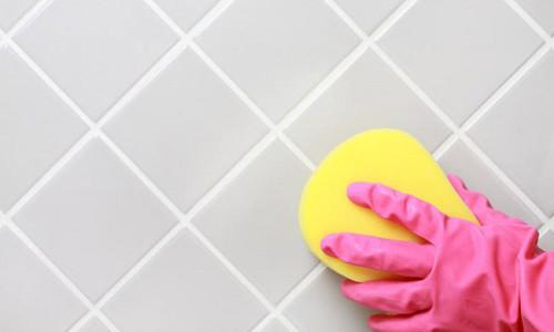 Очистка кафеля при помощи губки