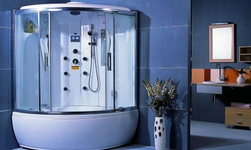 Современная душевая кабина в ванной комнате