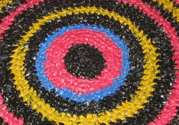 Как сделать коврик из полиэтиленовых помпонов
